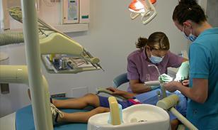 Clínica Dental Monterroso Odontólogo atendiendo a niño